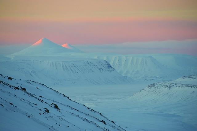 Les premiers rayons de soleil de l'année, le 18 février, au sud de Longyearbyen. Sortie en scooter des neiges de Longyearbyen à Barentsburg. Svalbard.