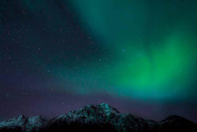 Aurore boréale et ciel étoilé en Colombie britannique - A/R Magazine voyageur 2018